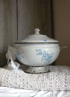 E n a m e l w a r e Soup tureen Vintage Enamelware, Vintage Tins, Vintage Dishes, Vintage Love, Vintage Kitchen, Retro Vintage, Enamel Cookware, Shabby Chic, Blue And White