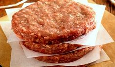 Hambúrguer caseiro fácil, veja que delicia que você poderá fazer  na sua casa e servir com uma bela salada verde, muito mais saudável e gostoso. Experimente!!!  http://cakepot.com.br/hamburguer-caseiro-facil/