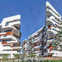 Esse é o complexo habitacional Citylife Milão.  Assinado por ninguém menos que Zaha Hadid. Mais detalhes em https://www.instagram.com/estudio.forma/