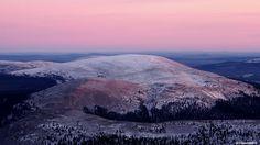 06.11.2014 Aamuaurinko värjää pohjoiseen avautuvan näkymän vaaleanpunaiseen sävyyn Yllästunturilla.