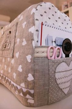 Sewing machine cover with pockets for necessities. This looks like a simple, easy diy!