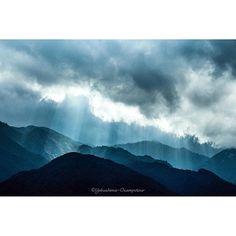 【osampotour】さんのInstagramをピンしています。 《山に降る光が神々しく見えました♪ #屋久島 #宮之浦 #山 #森 #天気 #空 #雲 #太陽 #光 #雨上がり #自然 #天使の梯子 #風景 #景色 #日本 #nature #yakushima #weather #sunlight #light #mountains #forest #landscape #japan #clouds #sky #today #island #島 #神々しい》