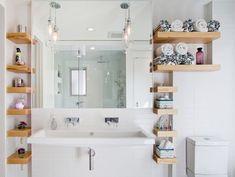 Удачное оформление ванной комнаты с множеством полок, что очень оптимально вписываются в интерьер.