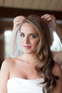 10 peinados para novias con pelo largo | 4. Semirecogido de lado - Con onda al agua
