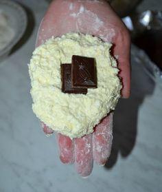 Как приготовить сырники с шоколадной начинкой.https://www.youtube.com/watch?v=IrKdji1CjN4