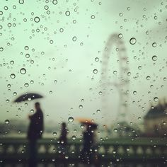 Autumn showers fall over the #London Eye this afternoon 13°C I 55°F #BurberryWeather