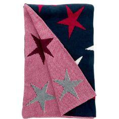 Für einen 5-Sterne-Feierabend: Wenn die Sonne untergeht und die Sterne am Himmel funkeln, kuscheln Sie sich mit der Sternen-dekorierten Cotton Club-Decke zu Hause auf dem Sofa ein. Anschmiegsame Wendedecke in Blau/Rot/Nautur aus 100% Baumwolle. Nach dem Waschen bitte liegend trocknen. Aus der Cotton Club-Serie sind weitere Kissen und Decken erhältlich.
