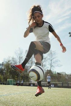 Take a hike✨ Football Girls, Girls Soccer, Cute Soccer Pictures, Soccer Pics, Girl Playing Soccer, Soccer Photography, Sports Wallpapers, Soccer Motivation, Athletic Women
