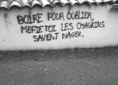 Quotes about Missing : Je veux pas oublier Pas encore C'était trop joli ! Street Quotes, French Quotes, Some Words, Beautiful Words, Sentences, Slogan, Haikyuu, Quotations, Tattoo Quotes