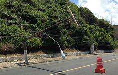 FOTOS - Poste cai em plena Avenida Oceânica em Salvador (18-10-2013)