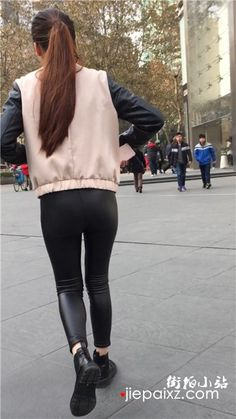 街拍极品紧身皮裤马尾辫气质美女 街拍小站 Lederhosen, Street View, Sporty, Asian, Leggings, Pants, Outfits, Style, Trouser Pants