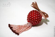 В преддверии Нового года очень хочется сделать что-то своими руками, чтобы украсить дом к празднику. Любуясь прекрасными бисерными шариками для новогодней елки в интернете, мне очень захотелось сделать что-то похожее и самой. Вообще, честно говоря, я боялась, что ничего не получится, потому что от бисера мое творчество довольно далеко и навык моей работы с ним весьма невысокий.