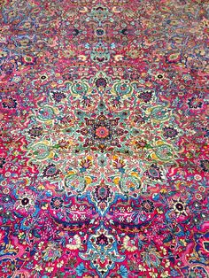 50 Most Dramatic, Gorgeous, Colorful Area Rugs for Modern Living Rooms Rosa antiker persischer Kerman Teppich Persian Carpet, Persian Rug, Persian Decor, How To Have Style, Magic Carpet, Grafik Design, Living Room Modern, Living Rooms, Carpet Runner
