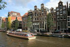 rondleiding-boot-op-een-kanaal-in-amsterdam