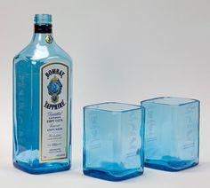 Botella azul de Bombay Sapphire reciclada en forma de vasos