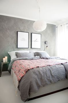 Dormitorio acogedor en neutros y un toque de Rose Quarz en tendencia este año Grey Wall Bedroom, Wall Paper Bedroom, Bedroom Wallpaper Feature Wall, Bedroom Feature Walls, Bedroom Frames, Grey Bedrooms, Nordic Bedroom, Cozy Bedroom, Master Bedroom