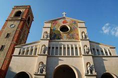 """Leone Tommasi (Pietrasanta 1903 - Pietrasanta 1965), """"Le sei statue marmoree che ornano la facciata della chiesa di San Paolino"""", Viareggio."""