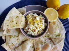 Waarschijnlijk het meest makkelijke recept ooit, deze dip van feta en citroen. Enkele ingrediënten kort mengen, et voilà. Je gasten zullen echt smullen.