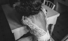 Vestido de novia con espalda en pico y encaje de Laure Sagazan