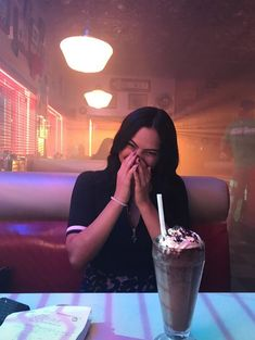 Veronica Lodge in Pop's, Cami Mendes photo rare of Riverdale Watch Riverdale, Riverdale Archie, Riverdale Funny, Riverdale Memes, Riverdale Cast, Vanessa Morgan, Archie Comics, Stranger Things, Riverdale Wallpaper Iphone