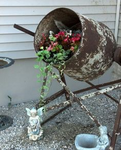 Our old cement mixer repurposed as a flower container. Garden Diy On A Budget, Garden Yard Ideas, Gardening Photography, Concrete Mixers, Backyard Water Feature, Garden Arches, Pallets Garden, Container Flowers, Diy Home Crafts