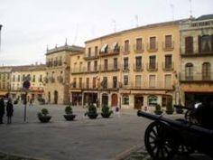 La Plaza Mayor de Ciudad Rodrigo, con sus comercios y cafeterías, aglutina el mayor ambientillo de la ciudad. Situada en pleno centro histórico, es una amplia plaza peatonal, delimitada por un conjunto de edificios de dos o tres alturas en los que priman los balcones y las galerías acristaladas