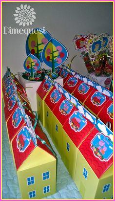 Amamos a Peppa Pig. Para el cumpleaños de Jazmín armamos esta maravillosa mesa de golosinas llena de detalles.                  Chupetines...