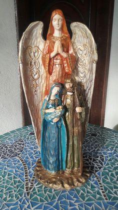 Sagrada Família com anjo Uriel (chama de Deus) em gesso.