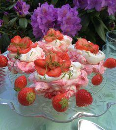PAVLOVA WITH STRAWBERRIES, WHIPPED CREAM & LIME <3 recipe: http://foodlovestories.com/ Danish: http://marlenesmadblog.dk/category/desserter/