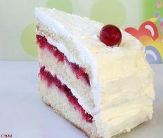 Dans la cuisine de Blanc-manger: Gâteau au beurre, garni de compotée de canneberges, glacé d'une crème au beurre