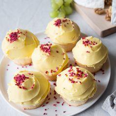Gluteenittomat kuppikakut Frian omenamuffineista sopivat myös täydellisesti pääsiäispöydälle. Tämän reseptin avulla teet hienon keltaisen kuorrutuksen. Teet, Cheesecake, Desserts, Cold, Tailgate Desserts, Deserts, Cheese Cakes, Postres, Dessert