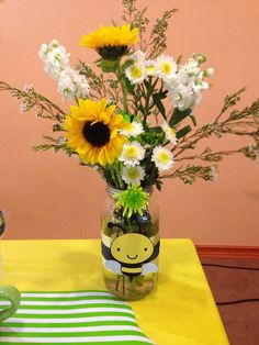 Mason jar flower centerpieces for a mommy to bee themed baby shower Baby Shower Cards, Baby Shower Parties, Baby Shower Themes, Baby Shower Invitations, Shower Ideas, Mommy To Bee, Sunflower Baby Showers, Baby Shower Flowers, Bumble Bee Birthday
