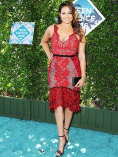 Ein Hoch auf die Weiblichkeit! BloggerinBethany Mota setzte ihre wunderschönen Kurven in deinem roten Spitzenkleid in Szene.