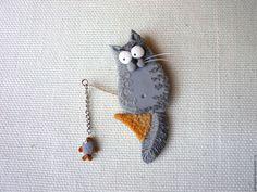 """Купить брошь """"Рыбачок"""" - серый, броши из полимерной глины, котоброши, кот рыбак, маленькая рыбка"""