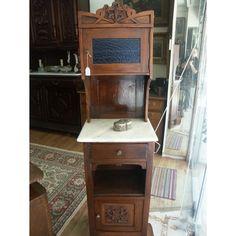 Μπουφεδάκι Art Nouveau υψηλής αισθητικής, σπάνιο κομμάτι, φτιαγμένο εξολοκλήρου στο χέρι, με μάρμαρο Πεντέλης. Ένα έπιπλο που θα στολίσει το χώρο σας και θα αναδείξει τα αντικείμενά σας. Διαθέτει ένα ντουλάπι στο επάνω μέρος με γαλάζιο κρύσταλλο, ένα συρτάρι στο κάτω μέρος και ένα ντουλάπι με ενδίαμεσο ράφι εσωτερικά.