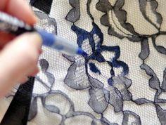 customiser-un-jean-utiliser-un-crayon-bleu-et-un-tissu-en-dentelle-pour-decorer-votre-pantalon-quoitidien