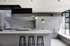 Industrial & elegant: This award-winning kitchen made us swoon - The Interiors Addict American Kitchen Design, Interior Design Awards, Interior Styling, Design Apartment, Attic Apartment, Attic Renovation, Cuisines Design, Kitchen Styling, Kitchen And Bath