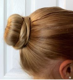 This ballet bun takes just a few minutes, and is SO EASY! And, this post is a little different from my usual posts. The first year my oldest daughter danced years ago) she had VERY fine hair (… Ballet Hairstyles, Fast Hairstyles, Girl Hairstyles, Straight Hairstyles, Ballet Bun Tutorial, How To Bun, Ballerina Bun, Ballet Buns, Medium Hair Styles