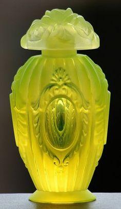 Vista to Heaven Signed Scent Perfume Bottle Uranium Art-Glass – Shines Under UV…. Bottiglia di profumo firmata Vista to Heaven … Antique Perfume Bottles, Vintage Perfume Bottles, Bottles And Jars, Glass Bottles, Mason Jars, Glass Beads, Art Nouveau, Perfumes Vintage, Vaseline Glass