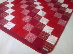 Tapete em patchwork, forrado e com viés em tecido 100% algodão.  Enchimento em manta acrílica fina 100% poliéster.  *As cores podem ser escolhidas e combinadas no pedido. R$ 199,90