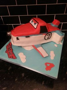 Dusty planes cake side view
