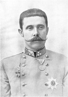 * Arquiduque Franz Ferdinand *  =>Franz Ferdinand Karl Ludwig Joseph Maria von Österreich-Este<= (* Graz, 18/Dezembro/1863 - Sarajevo, 28/Junho/1914). Príncipe herdeiro da Áustria, Hungria e Bohêmia. Sua morte, decorrente de atentado, foi um dos fatores desencadeantes da I Grande Guerra.