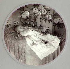 Post-Mortem Photography: Early Visual Media - Death - Memento Mori - Last look - Memorial - Veerle Van Goethem Vintage Photographs, Vintage Photos, Post Mortem Pictures, Post Mortem Photography, Book Of The Dead, Momento Mori, Cemetery Art, After Life, Victorian Era
