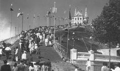 Subindo as escadas da Igreja da Penha em 1947.
