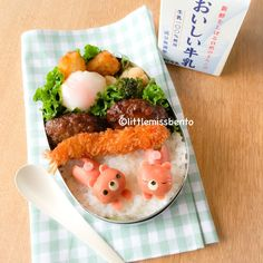 A cute sausage bear bento using mini sausages, cheese and seaweed. A yummy and fun kyaraben idea for your lunch! A bento at my rented apartment while I was in Tokyo Japanese Food Art, Japanese Lunch, Cute Bento Boxes, Bento Recipes, Bento Ideas, Kawaii Bento, Cute Food Art, Food Artists, Toddler Lunches