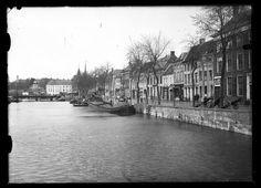Breda - De Haven van Breda met aangemeerde binnenvaartschepen, gezien vanuit het zuiden vanaf de Tolbrug. Met zicht op de Hoge Brug