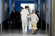 Los medicos advierten de la importancia de prevenir las caídas de las personas mayores