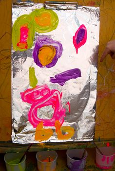 Art for Kids - Painting on Foil foil painting- a simple activity that sparks a new creative process.foil painting- a simple activity that sparks a new creative process. Eyfs Activities, Creative Activities, Space Activities, Kindergarten Art, Preschool Crafts, Art Doodle, Easy Art For Kids, Atelier D Art, Infancy