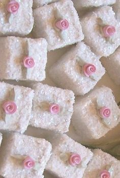 Cute Petit Fours with pretty pink rosettes. Perfect for high tea parties! Mini Cakes, Cupcake Cakes, Cupcakes, Champurrado, Afternoon Tea Parties, Sugar Cubes, Little Cakes, Small Cake, My Tea