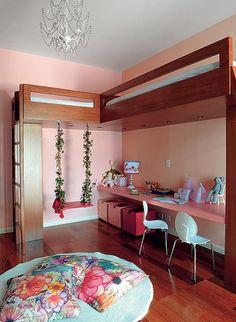 Duas camas foram estrategicamente posicionadas pela arquiteta Andrea Reis neste quarto com paredes rosa. Agora sobra espaço para as duas meninas, de 5 e 7 anos, brincarem à vontade – inclusive no balanço